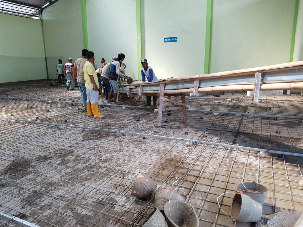 Proses pengecoran lantai di lakukan oleh tukang berpengalaman